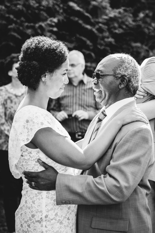Hochzeit in Dobbrikow, Braut umarmt ihren Vater