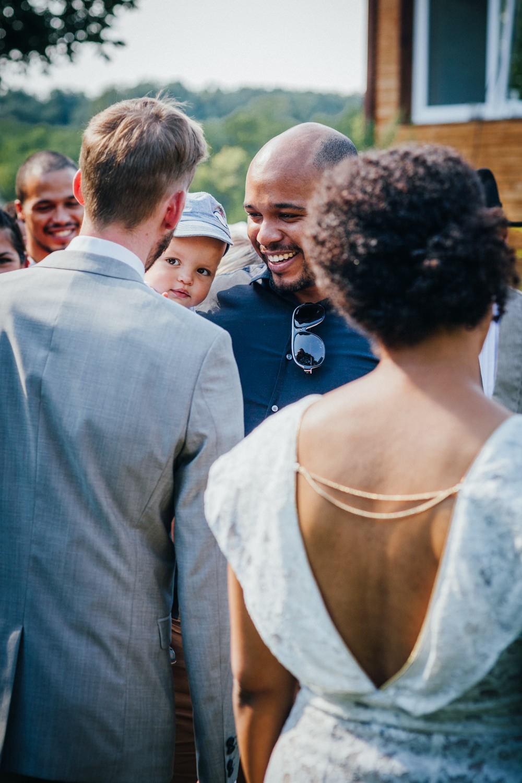 Hochzeit in Dobbrikow, Bräutigam spricht mit Gästen