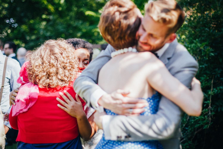 Hochzeit in Dobbrikow, Brautpaar umarmt die Gäste