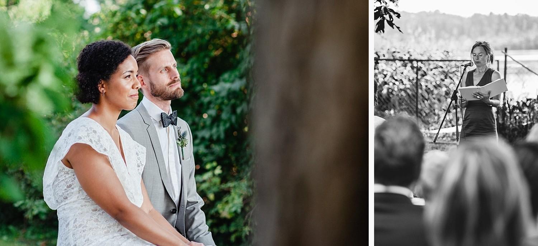 freie Trauung in Dobbrikow, Brautpaar hört der Traurednerin zu