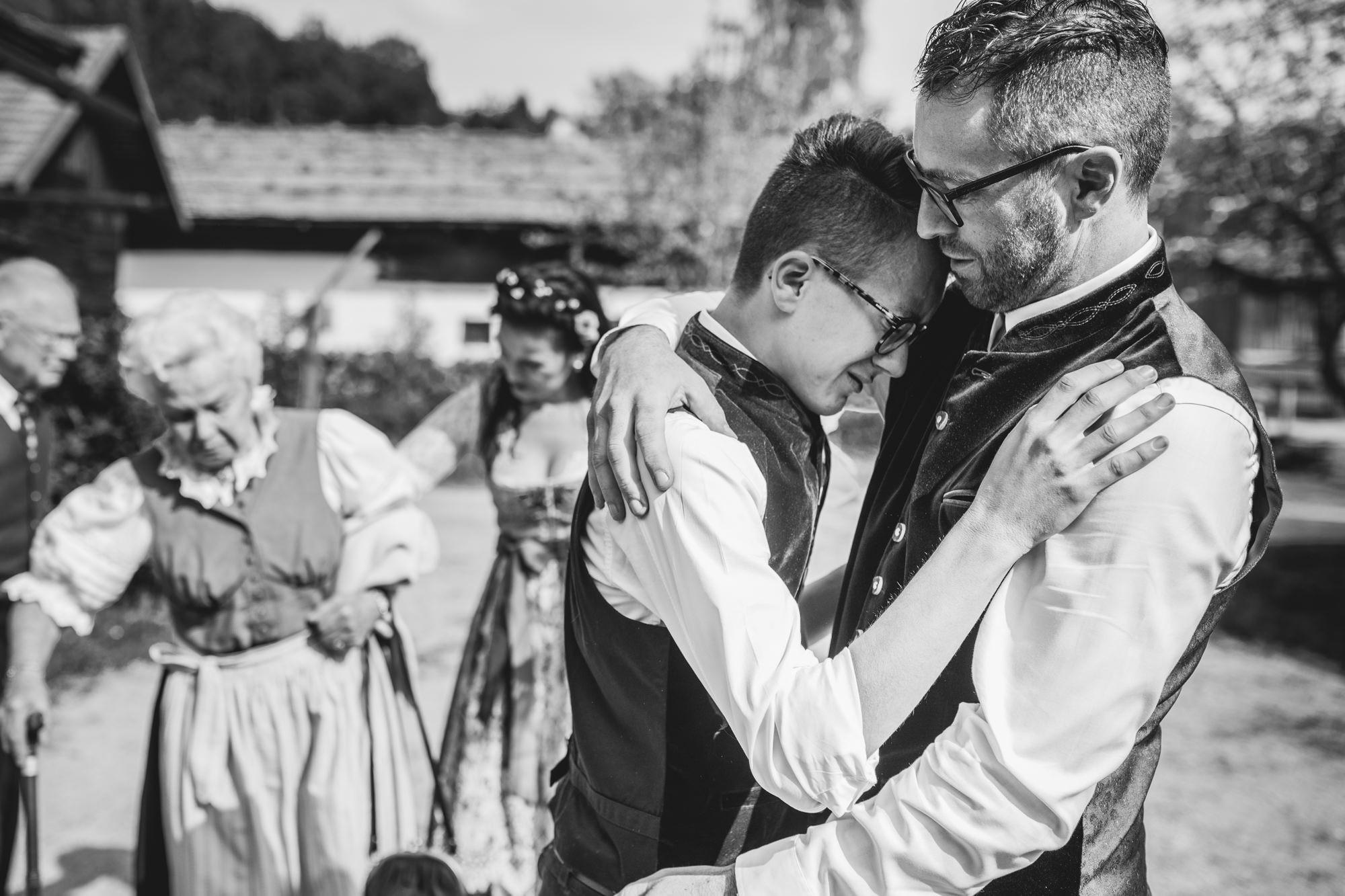 Hochzeit im Museumsdorf Tittling, Sohn überkommen die Emotionen bei der Gratualtion
