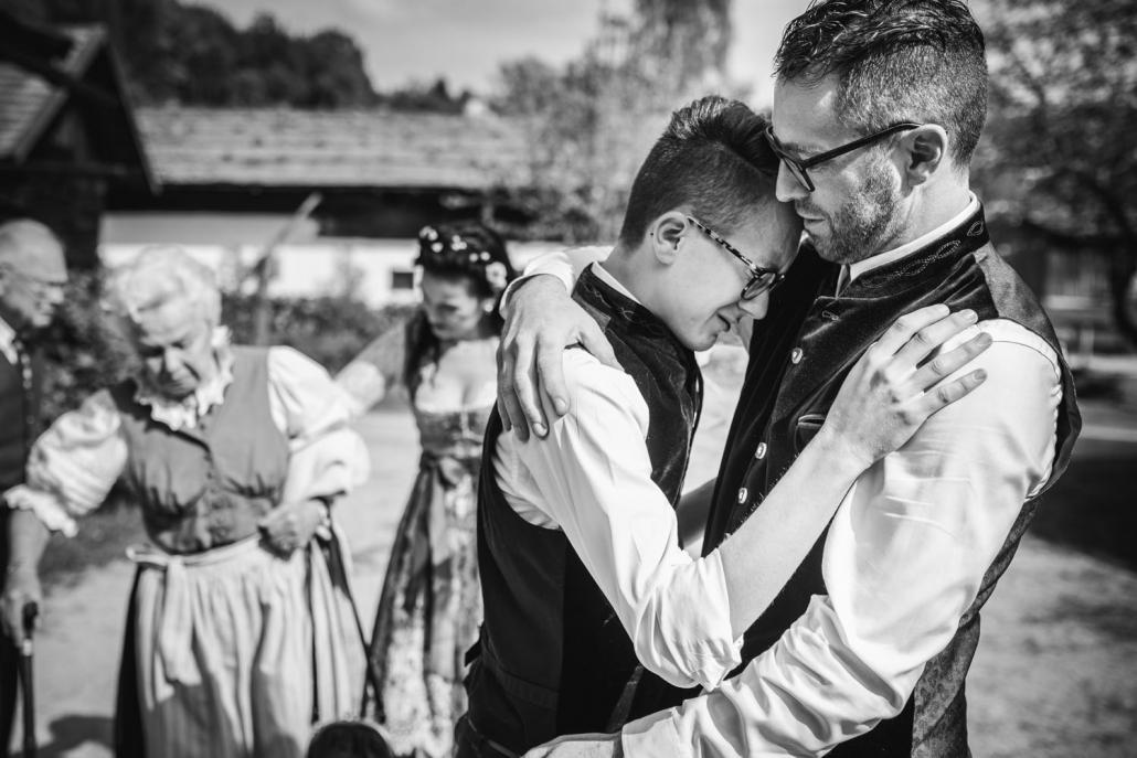 standesamtliche Hochzeit im Museumsdorf Tittling, Sohn umarmt seinen Vater