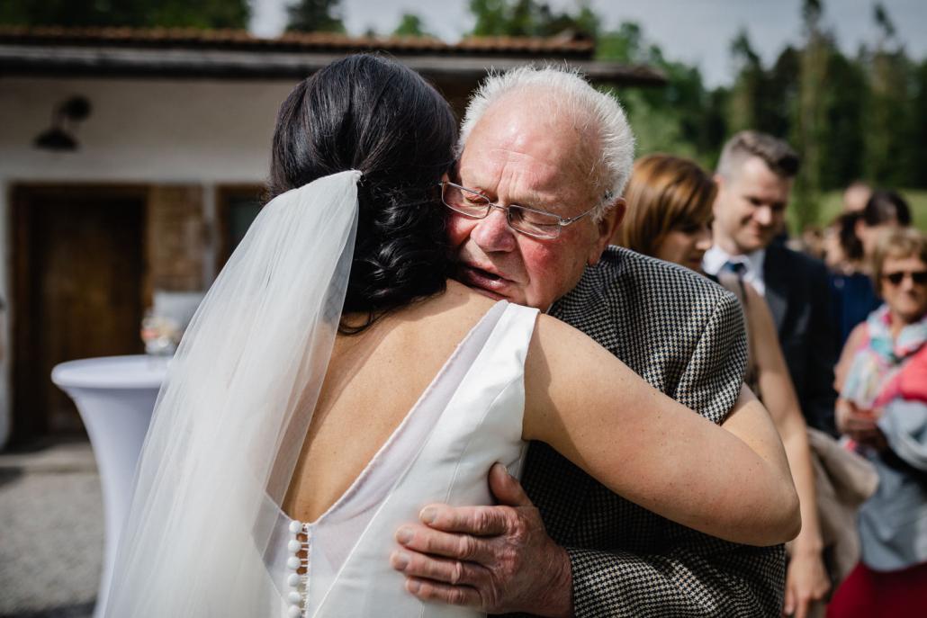 Hochzeit auf Gut aichet, die Braut umarmt ihren Opa