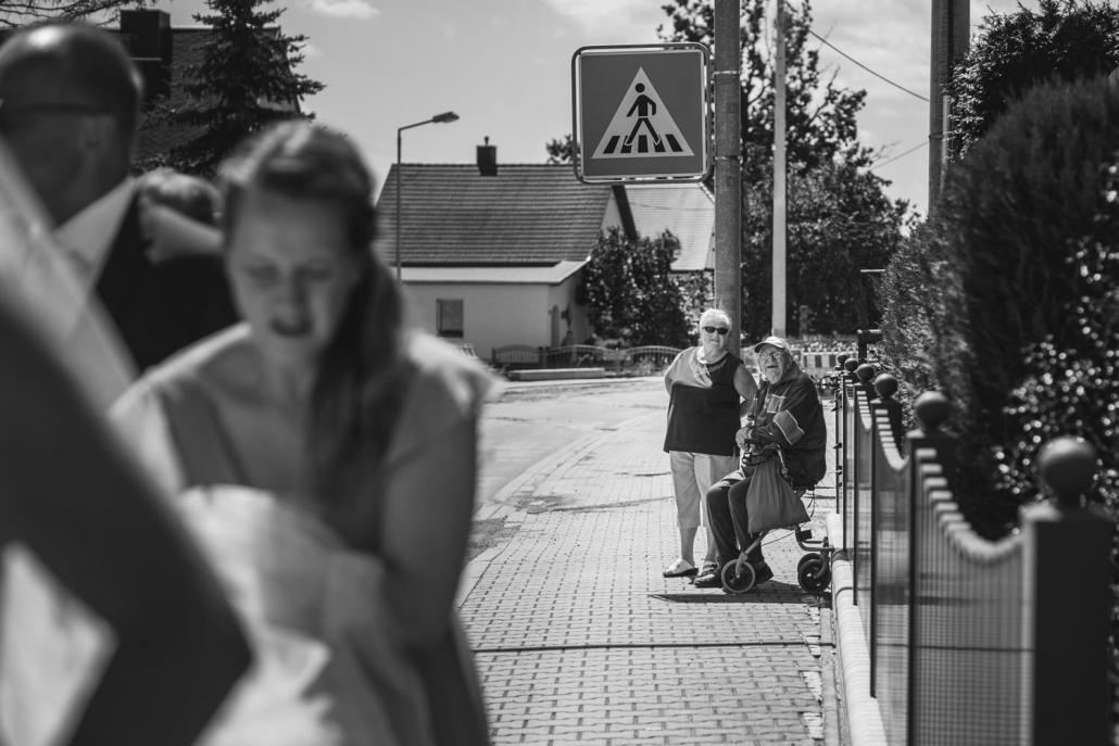 Hochzeit in Grimma, Passanten beobachten die ankommende Braut
