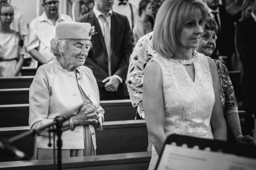 Hochzeit in Mariahilf Passau, ältere Dame betet während der Trauung