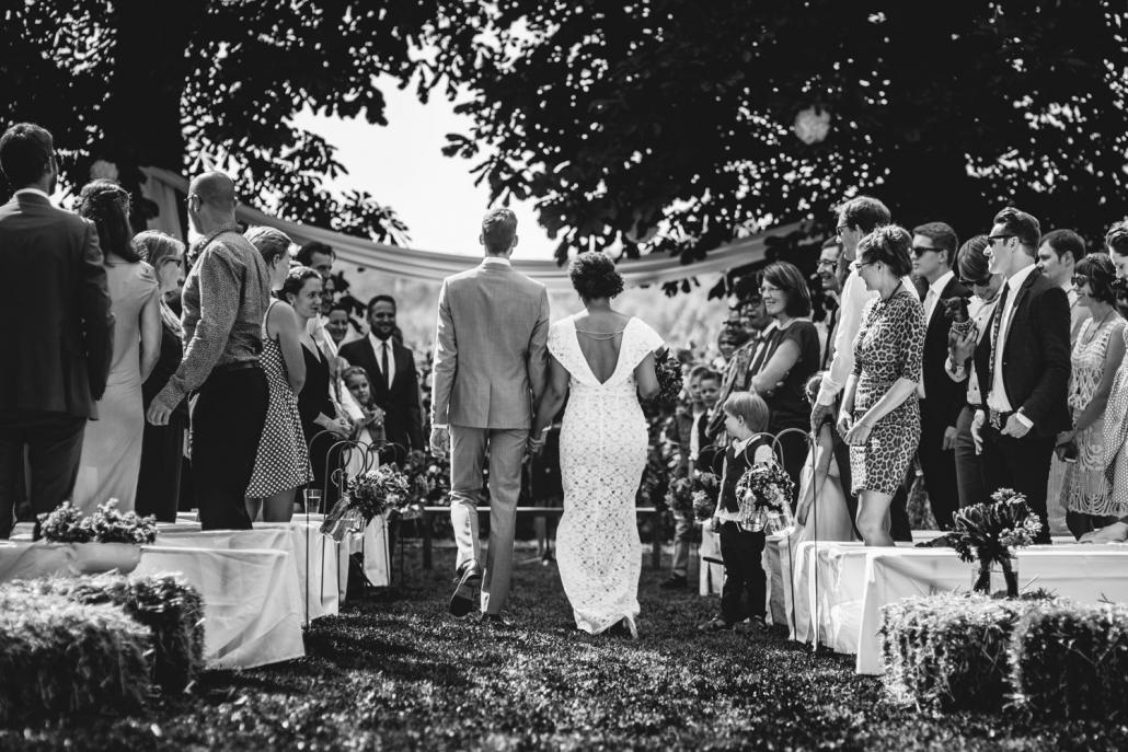 freie Trauung in Dobbrikow, Brautpaar läuft Hand in Hand zur Trauung