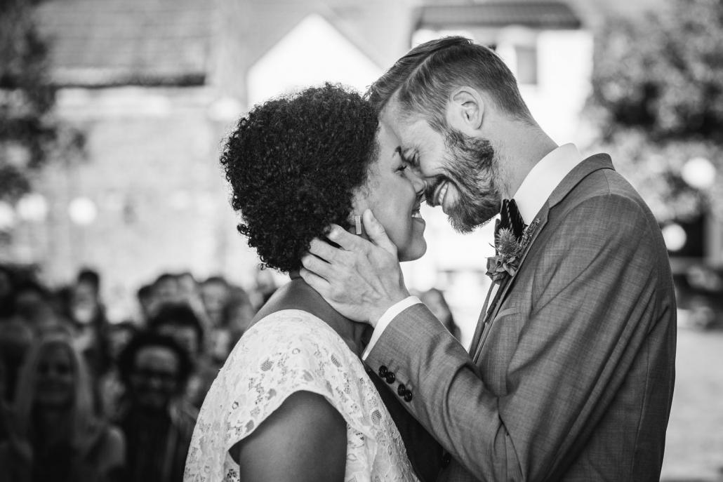 Hochzeit in Dobbrikow, Brautpaar küsst sich nach dem Ja-Wort
