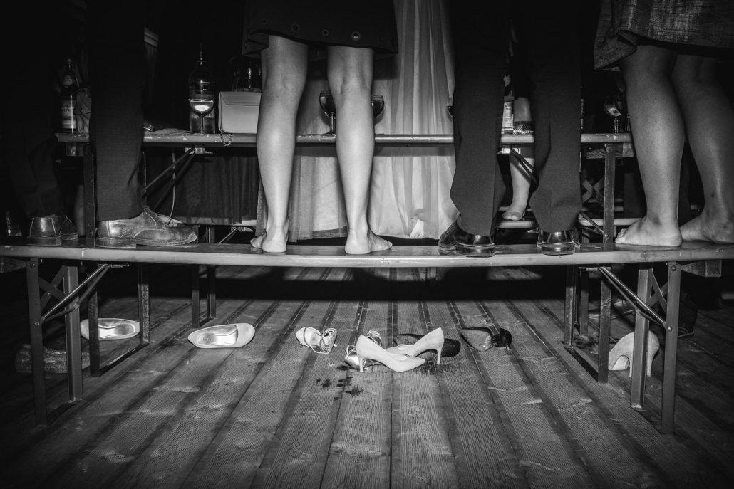 Hochzeit in Ruckasing, Brautstehlen, die Gäste stehen auf den Bänken