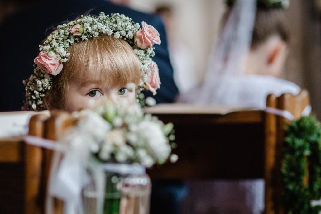 kirchliche Trauung in Arbing, Kind blickt zur Kamera