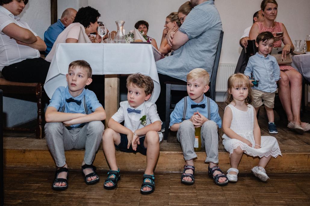 Hochzeitsfeier im Nothaftgewölbe Hengersberg, Kinder sitzen am Bühnenrand und schauen sich eine Darbietung an