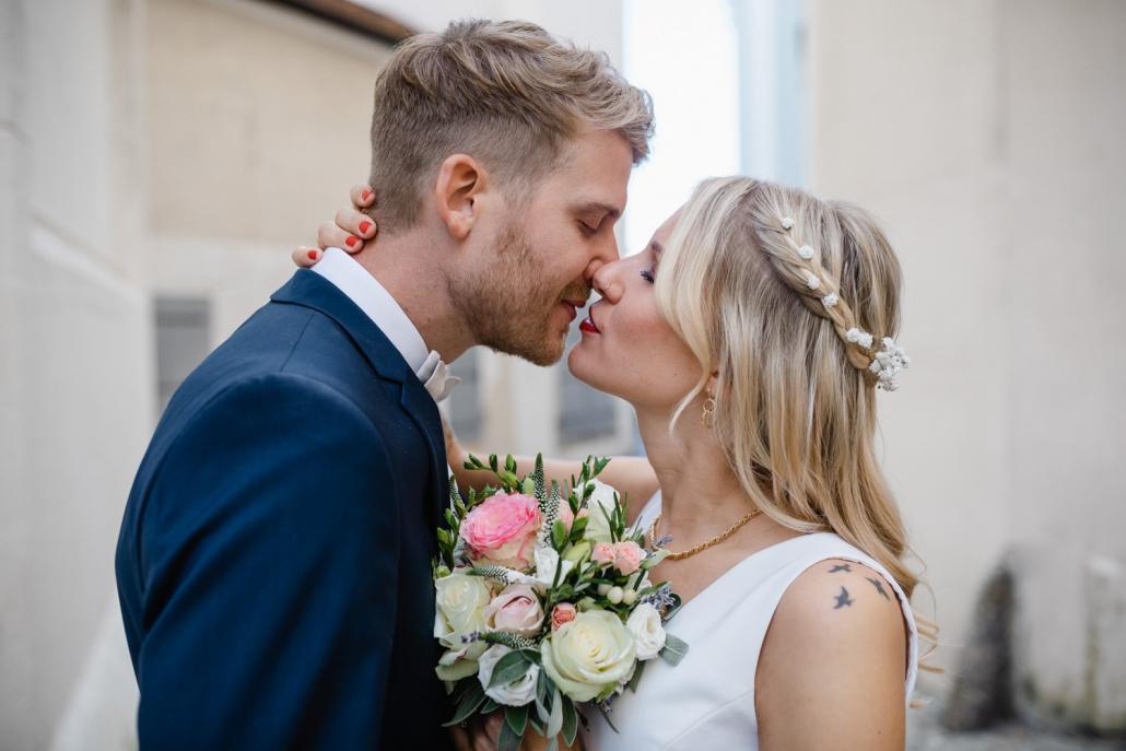 standesamtliche Hochzeit in Passau, Paarshooting, das Brautpaar will sich küssen