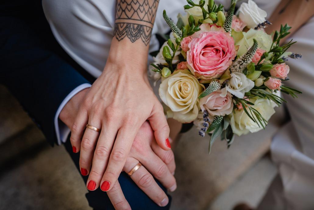 standesamtliche Hochzeit in Passau, Paarshooting, Nahaufnahme der Hände des Brautpaares mit den Ringen