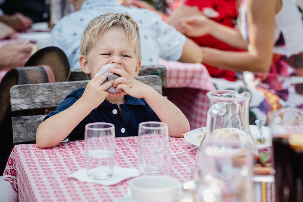 Hochzeitsreportage in Passau, ein kleiner Junge ist einen Muffin