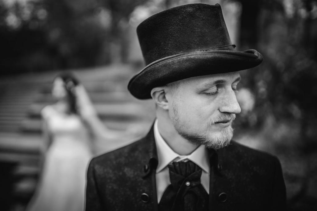 Hochzeit in Deggendorf, Donaupromenade, Bräutigam steht mit geschlossenen Augen da