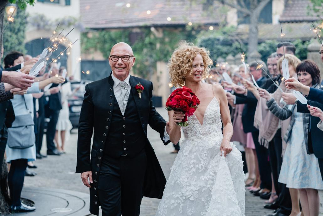 Hochzeit im Deidesheimer Hof, Brautpaar läuft durch ein Spalier von Gästen mit Wunderkerzen in der Hand