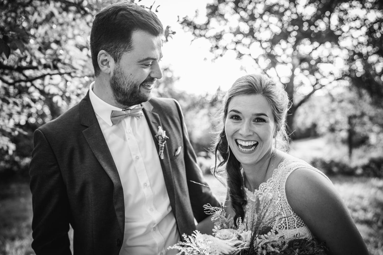 Hochzeit in Bad Birnbach, Paarshooting, Brautpaar lacht vom ganzen Herzen