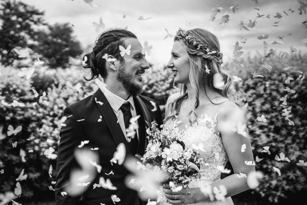 Hochzeit in Fürstenzell und Untersimbach, Paarshooting, Brautpaar zwischen Papierschmetterlingen