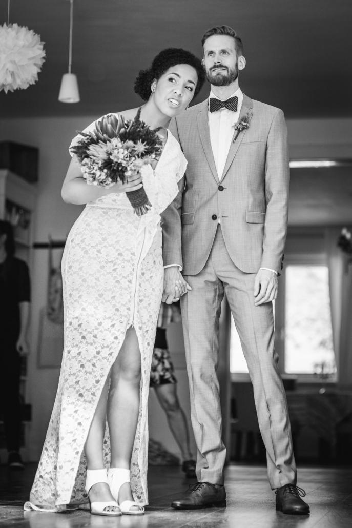 Hochzeit im Haus am Bauernsee, Dobbrikow, Brautpaar schaut in Richtung der Gäste