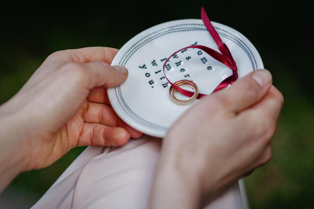 freie Trauung im Kulturgut Wrechen, die Ringe werden herum gereicht