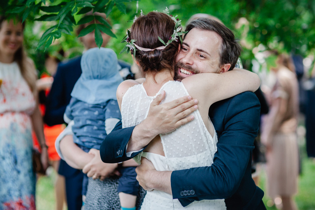 Hochzeit in Mecklenburg-Vorpommern, das brautpaar wird von einem Gast umarmt