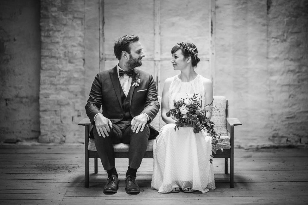 Paarshooting im Kulturgut Wrechen, das Brautpaar schaut und lächelt sich an