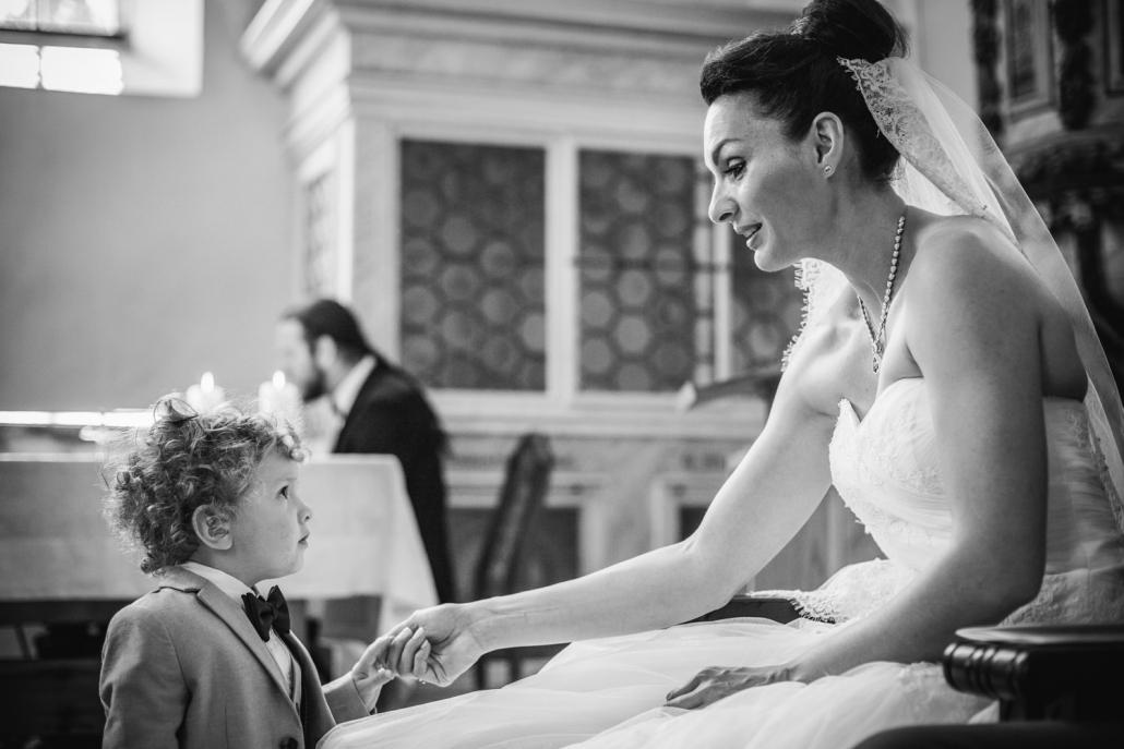 Hochzeit in Leipzig, der Sohn der Braut hält die Hand seiner Mutter