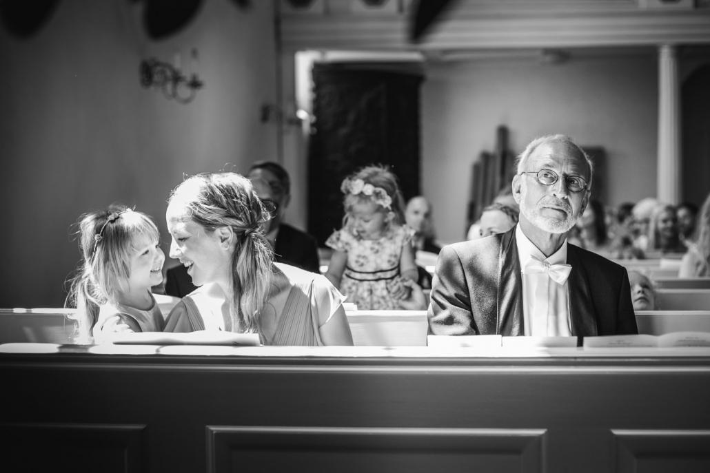 Hochzeit in Grimma, die Gäste der Trauung blicken andächtig herum
