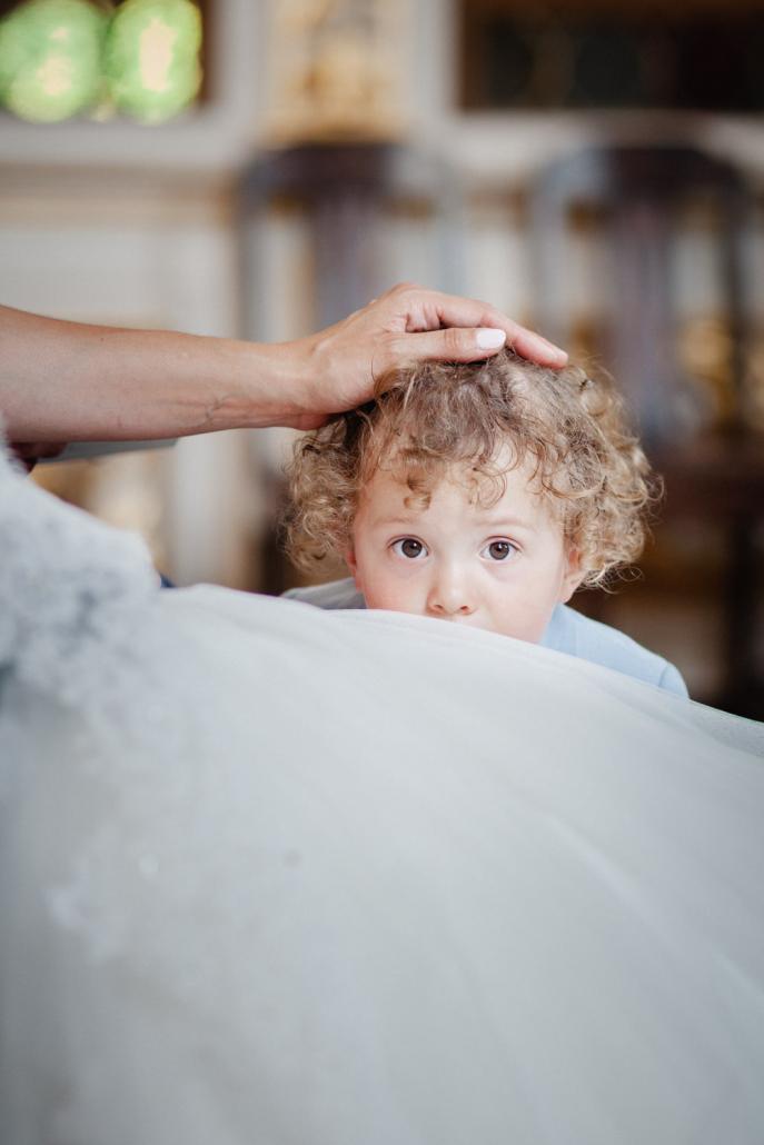 Hochzeit in Grimma, der Sohn der braut lässt sich während der Trauung über den Kopf streicheln