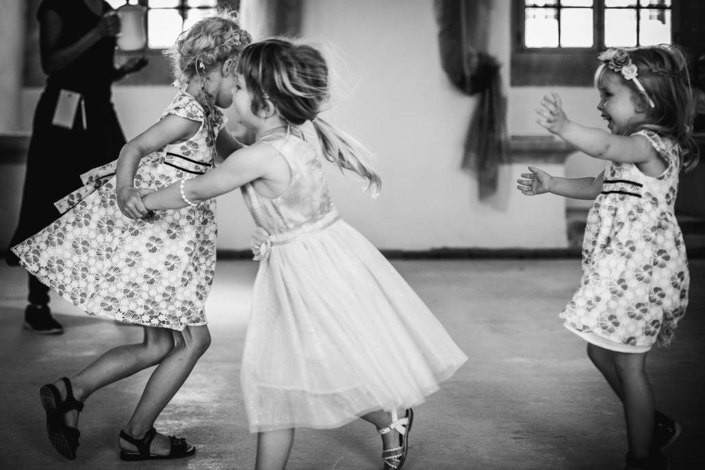 Hochzeit in Sachsen, kleine Kinder tanzen wild herum