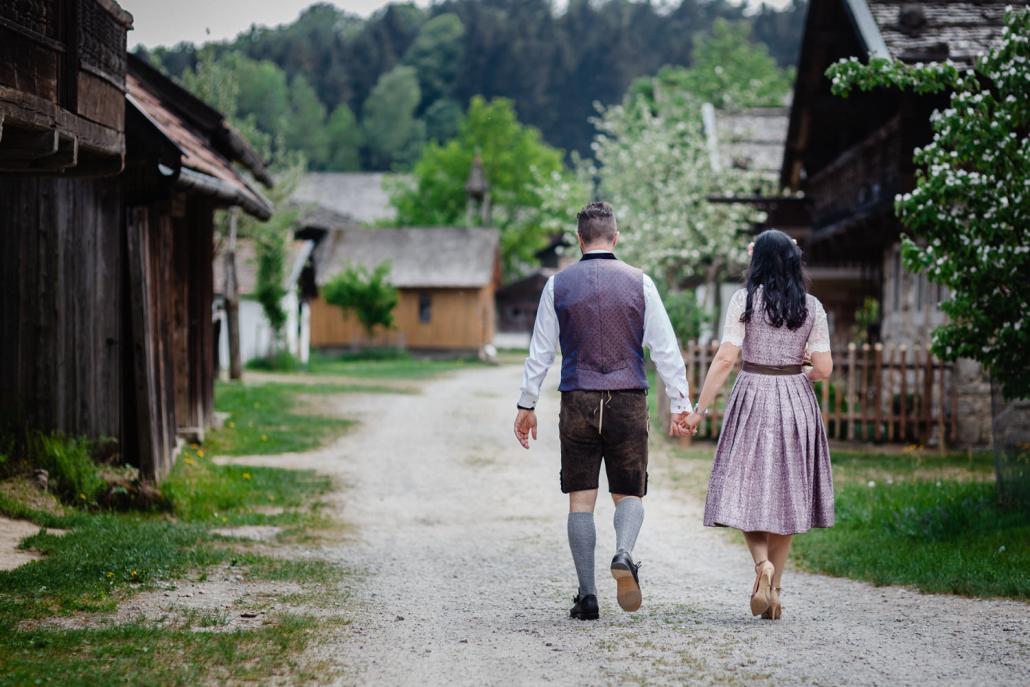 standesamtliche Trauung im Museumsdorf Tittling, das Brautpaar läuft Hand in Hand zum Standesamt