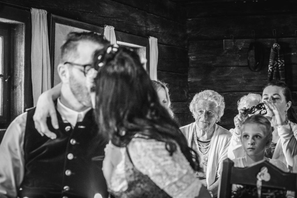 Standesamt im Museumsdorf Tittling, das Brautpaar küsst sich, die Gäste schauen zu