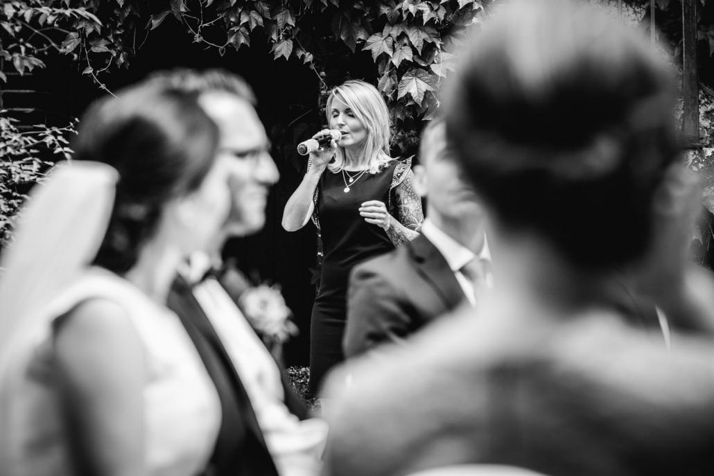 freie Trauung auf Gut Aichet, die Sängerin singt ein Lied für das Brautpaar