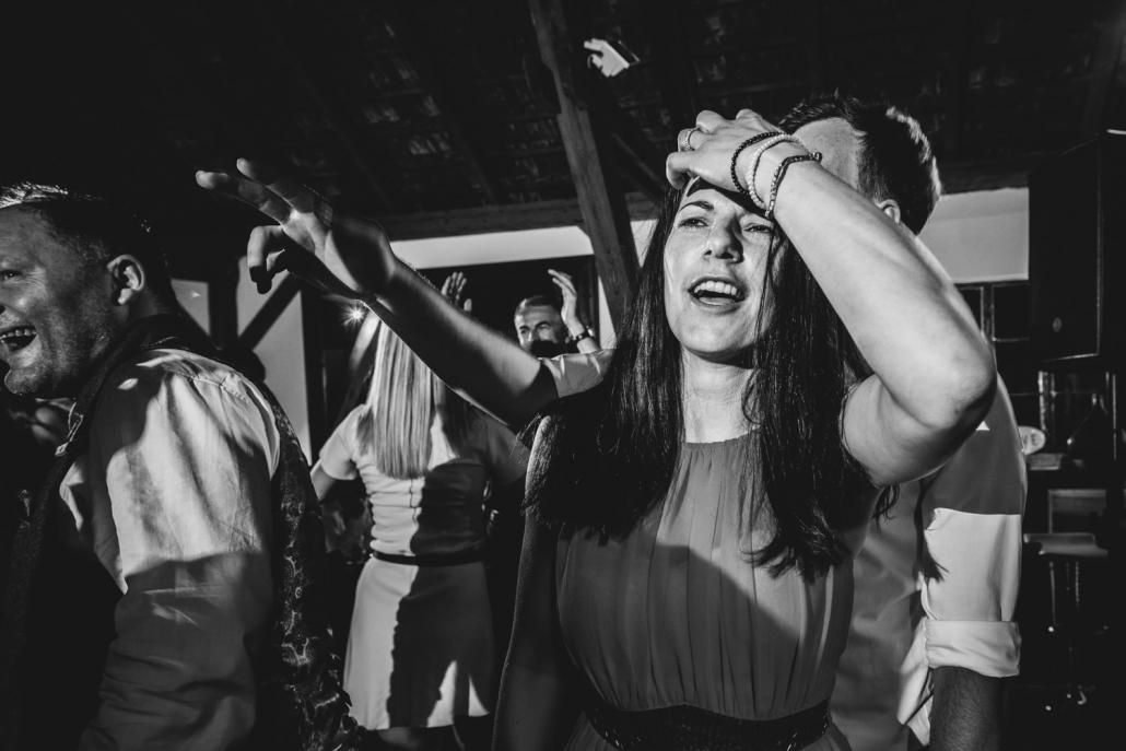 Hochzeit Gut Aichet in der Nähe von Passau, ein weiblicher Gast tanzt wild bei der Party