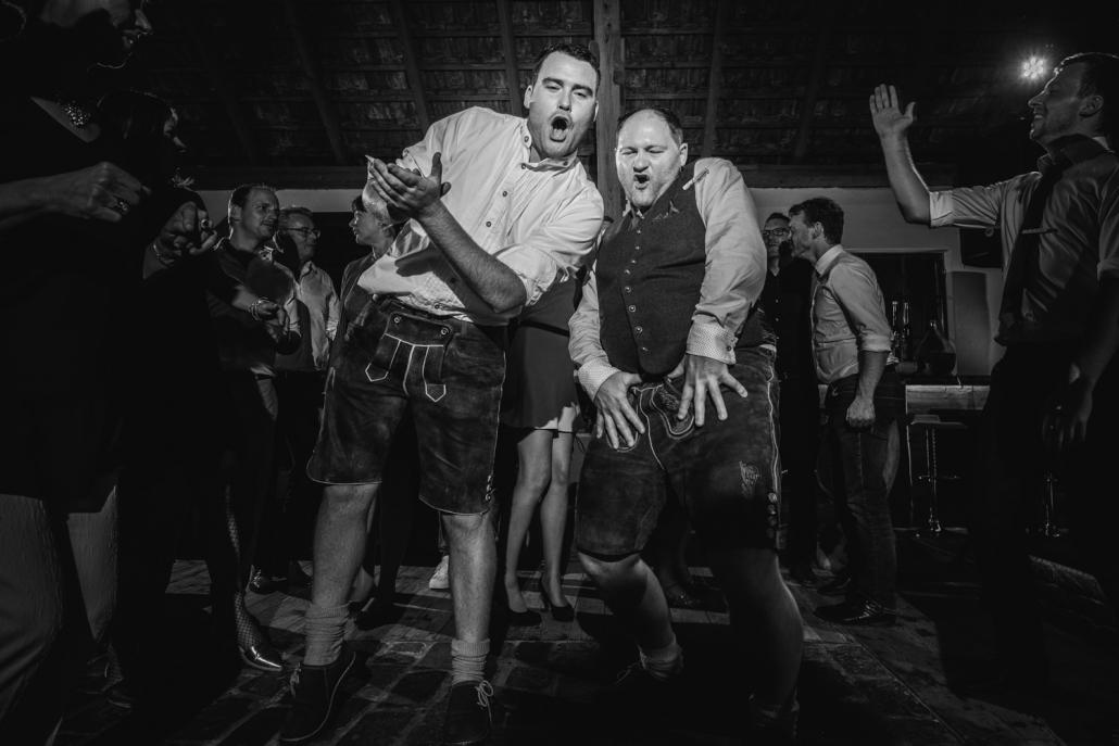 Hochzeit auf Gut Aichet, Passau, 2 Gäste tanzen bei der Party