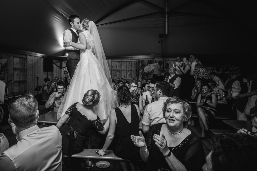 Hochzeit in Ruckasing, das Brautpaar steht auf dem Tisch und küsst sich vor allen Gästen