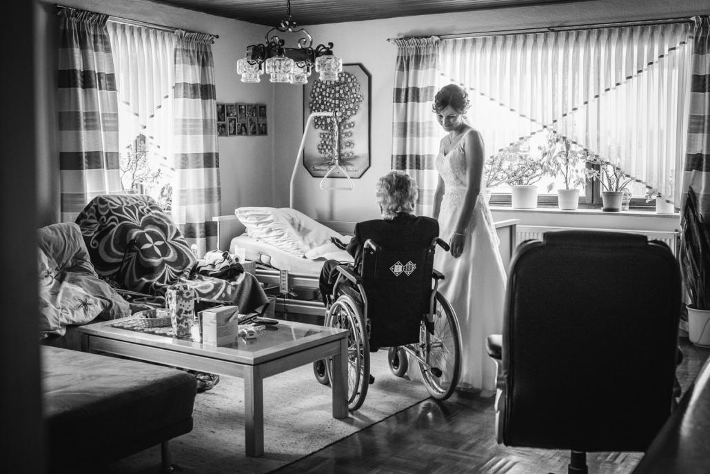 Hochzeit in Deggendorf, Die Braut besucht ihre Oma