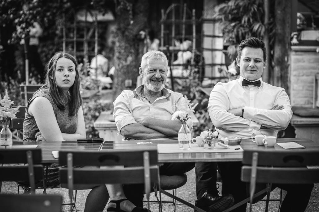 Hochzeit im Nothaftgewölbe Hengersberg, Deggendorf, 3 Gäste mit verschränkten Armen blicken in die Kamera