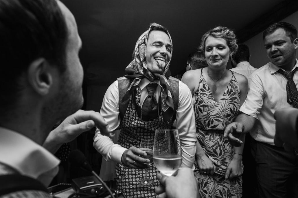 Brautstehlen in Hengersberg, der verkleidete Bräutigam geniesst die Feier