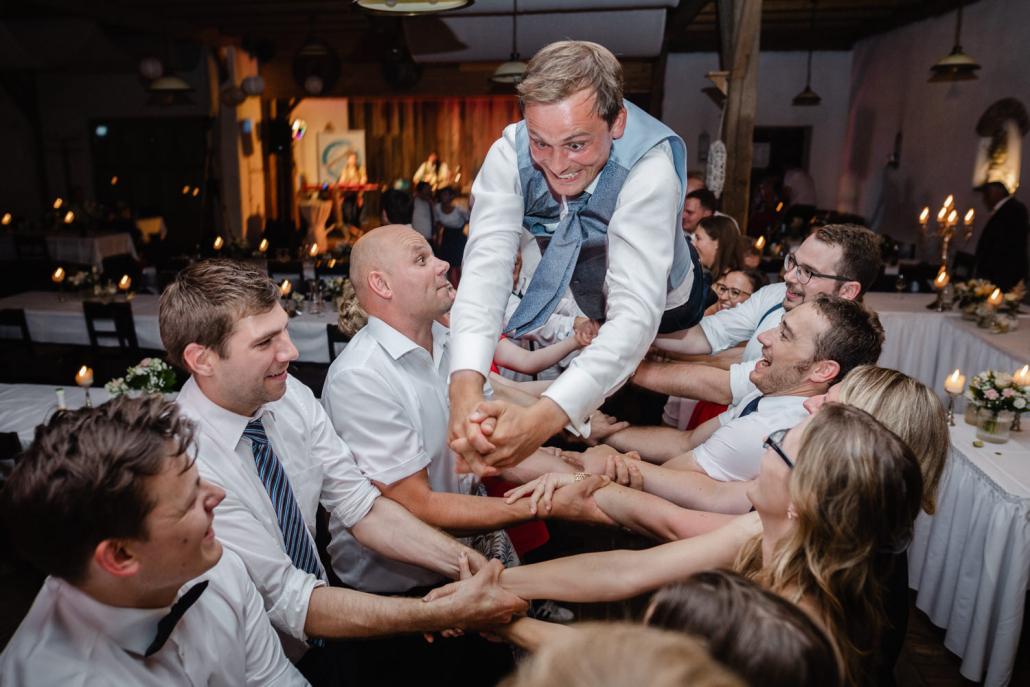 Hochzeit im Nothaftgewölbe Hengersberg, der bräutigam wird von den Gästen in die Luft geworfen