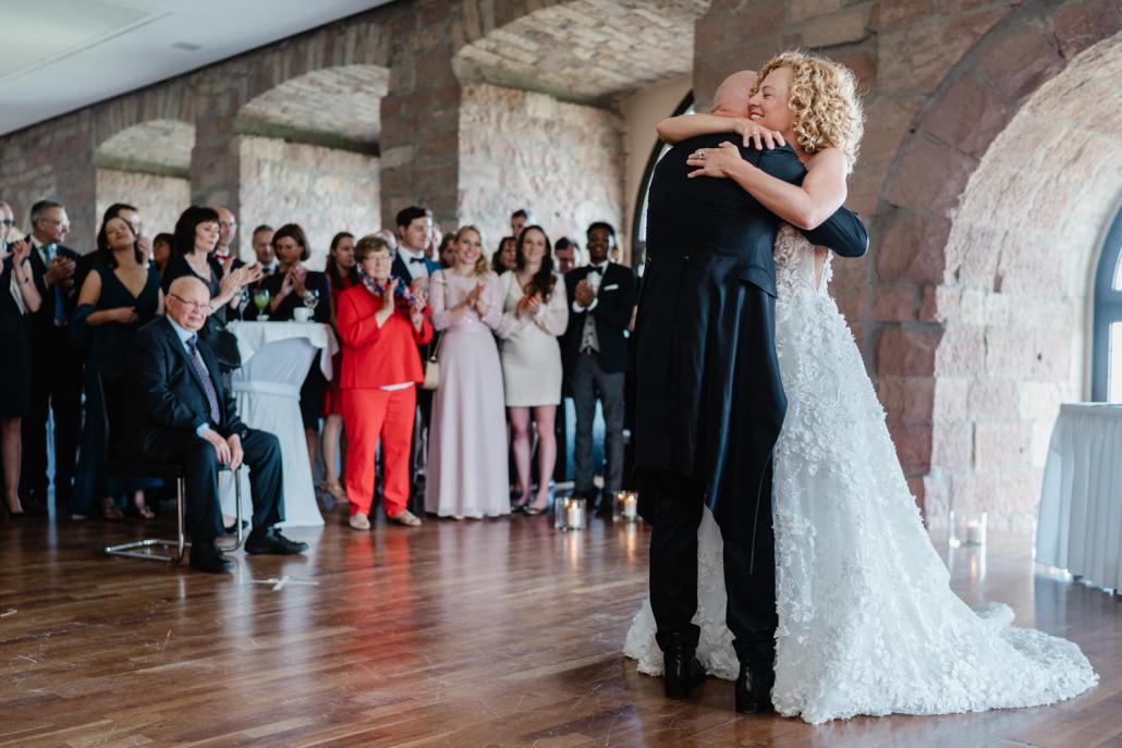 Hochzeit im Hambacher Schloß, Neustadt an der Weinstraße, Brautpaar umarmt sich nach dem Hochzeitstanz