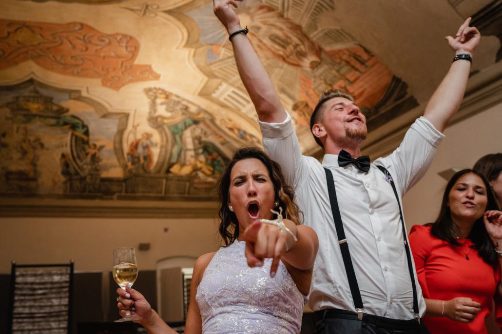 Hochzeit im Asam, Kloster Aldersbach, die Gäste tanzen ausgelassen