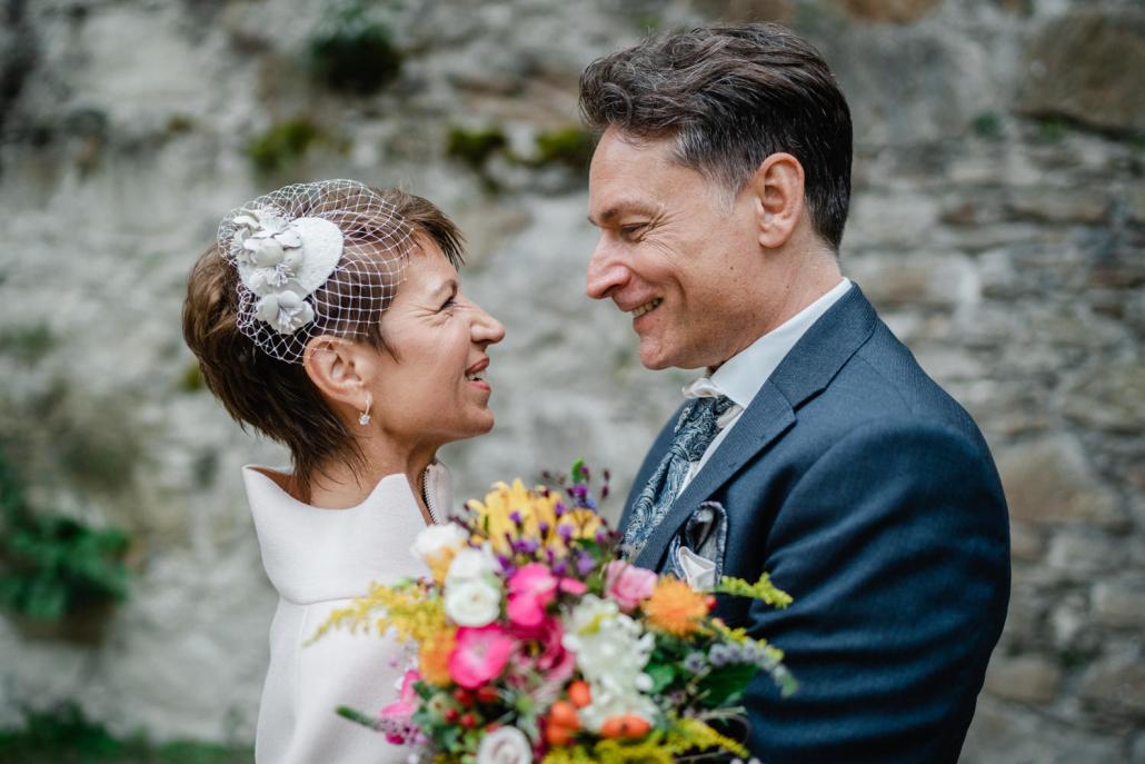 Hochzeit in der Veste Oberhaus in Passau, Paarshooting, Brautpaar schaut sich verliebt an