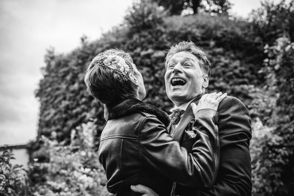 Hochzeit in der Veste Oberhaus, Paarshooting, Brautpaar lacht von ganzem Herzen