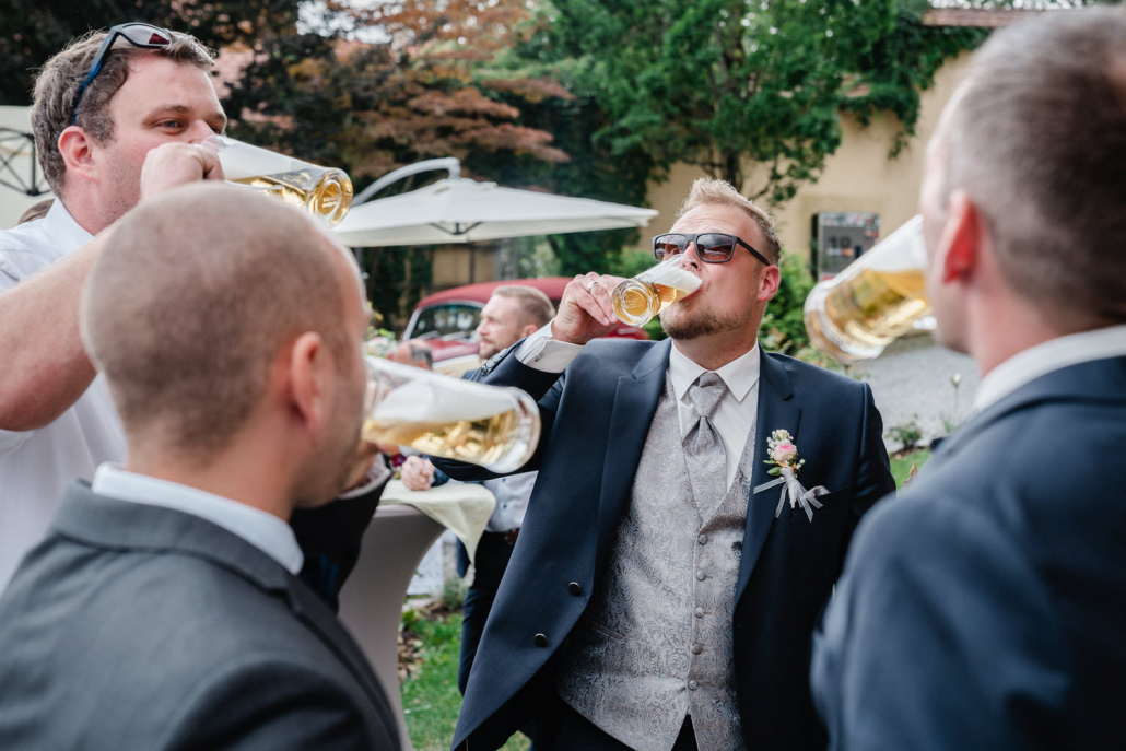 Hochzeit im Rupperts Bonvivant Windorf, Bräutigam trinkt Bier mit seinen Kumpels