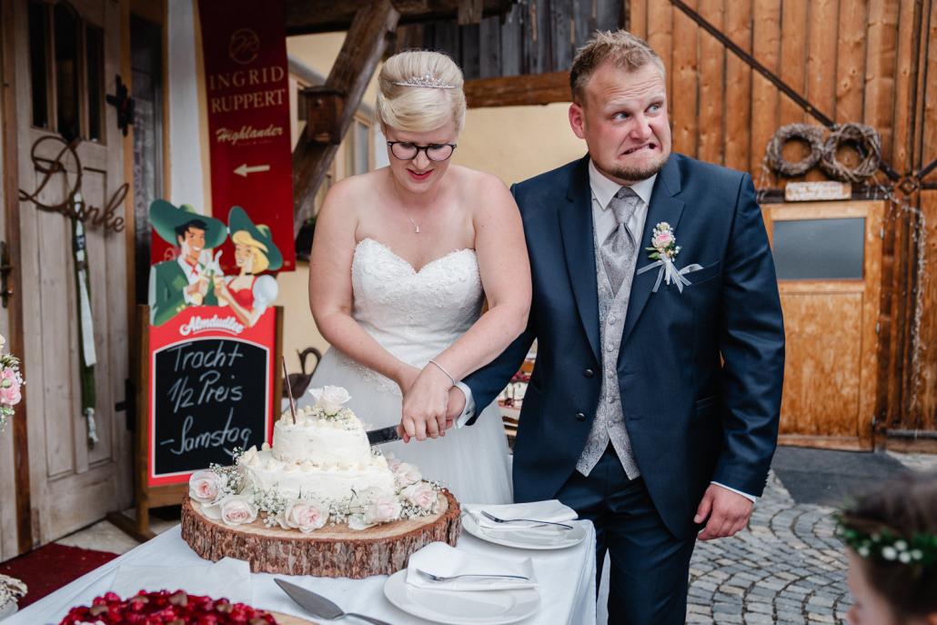 Hochzeit im Rupperts Bonvivant Windorf, Brautpaar schneidet die Torte an