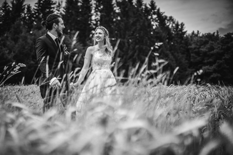 standesamtliche Trauung in Fürstenzell, Paarshooting, Brautpaar läuft durch Kornfeld