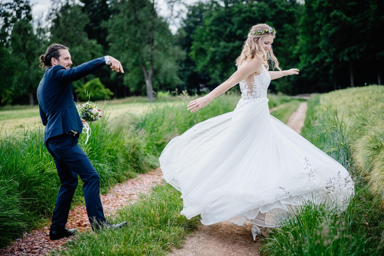standesamtliche Trauung in Fürstenzell, Paarshooting, Die Braut tanzt wild herum