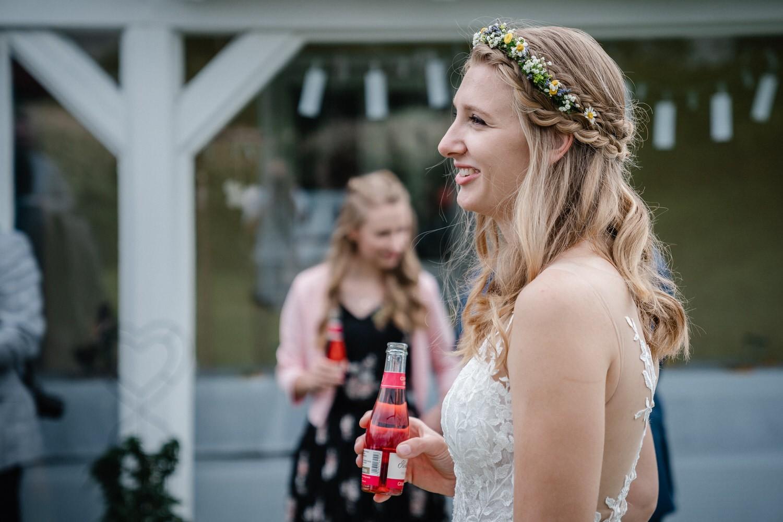 Trauung in Fürstenzell, Braut trinkt Sekt