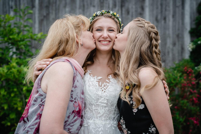 Hochzeit in Fürstenzell, Braut wird von Mutter und Schwester geküsst