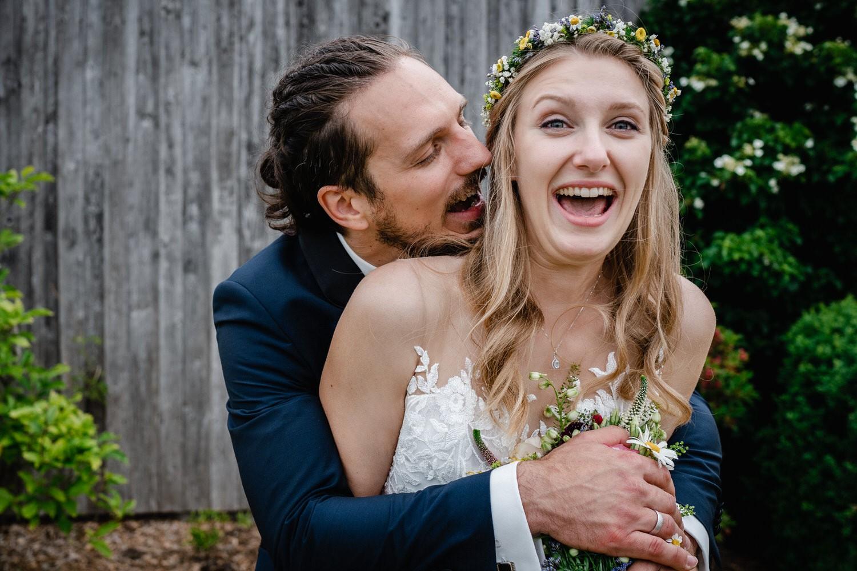 standesamtliche Trauung in Fürstenzell, Paarshooting, Bräutigam umfässt die Braut von hinten